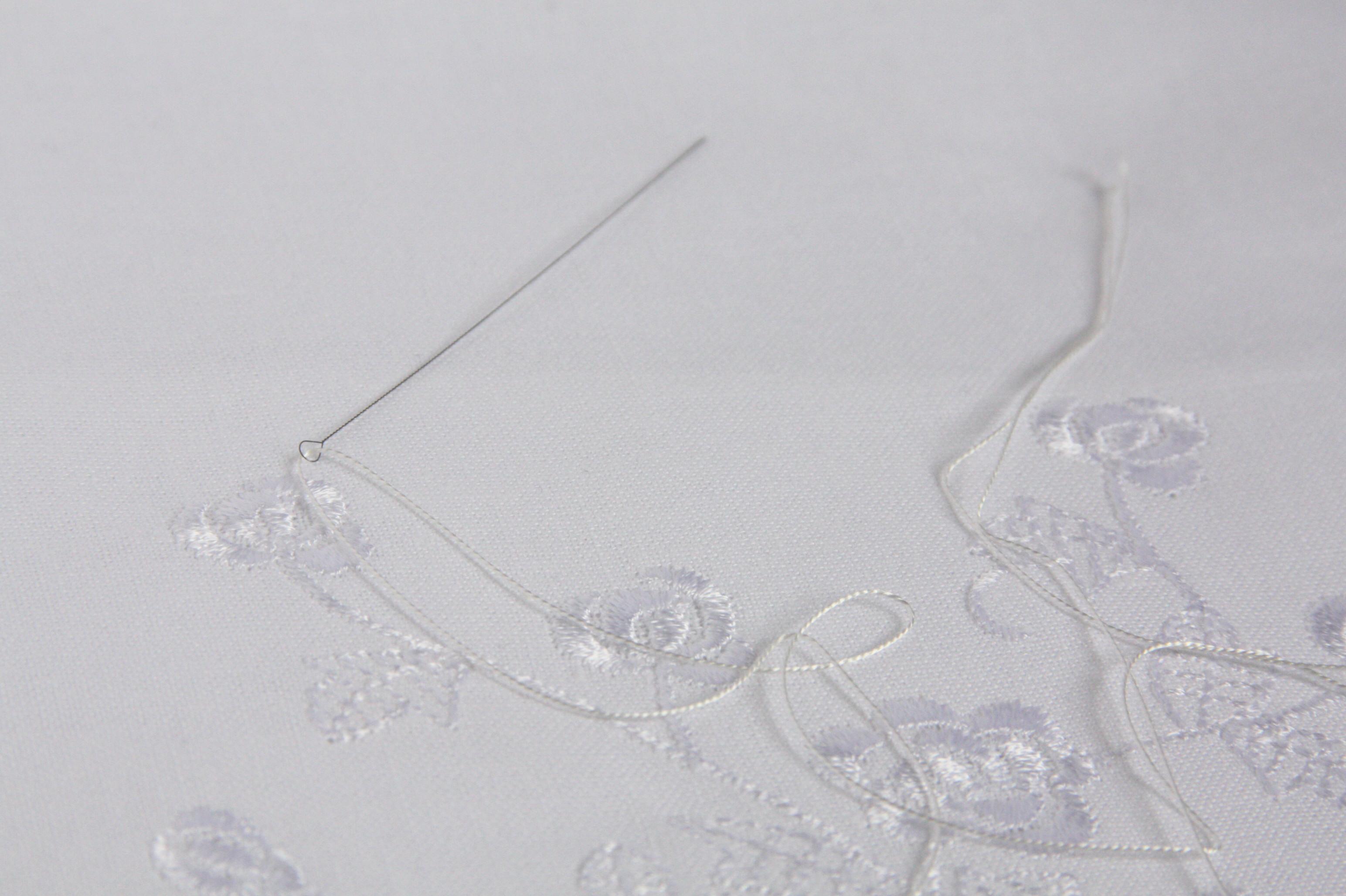 シルク糸とビーズ針
